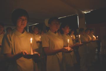 戴帽式でろうそくをともし、ナイチンゲール誓詞を唱和する真壁医師会准看護学院の1年生=筑西市二木成