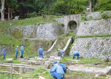 町屋発電所跡で作業に取り組む住民と電力会社の社員=常陸太田市西河内下町