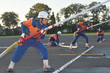 早朝からポンプ車操法の練習に励む古河市消防団第11分団の選手たち=2日、古河市下大野