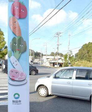 鉾田市の中心市街地に登場した電柱ラッピング=鉾田市鉾田
