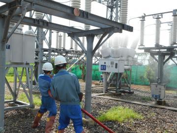 碍子に放水する作業員(東京電力提供)