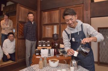コーヒーを入れる芳村賢士朗さん(右)=潮来市潮来