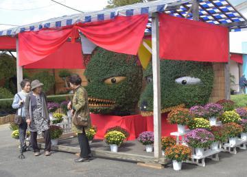 キツネをモチーフにした作品も展示された笠間の菊まつり=笠間稲荷神社