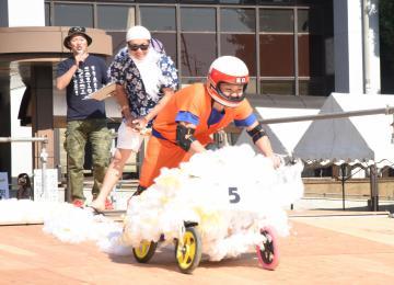 筑西・桜川ボックスカートグランプリで出走する、参加チームのカート=筑西市下中山
