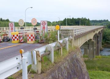 老朽化などが原因で通行止めとなっている幸久橋。本年度中に撤去が予定されている=常陸太田市上河合町