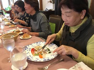 笠間産の栗を素材にしたフランス料理を楽しむ参加者=笠間市笠間