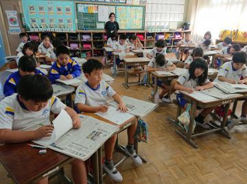 新聞の仕組みを学ぶ児童たち=潮来市立延方小