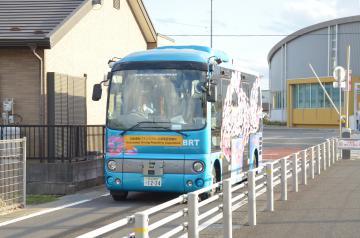 BRTのバス専用道を走る自動運転バス=日立市久慈町