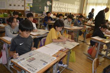 見出しの付け方など新聞の工夫を学ぶ児童たち=北茨城市立明徳小