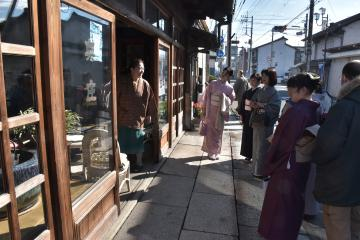 着物姿で街歩きを楽しむ参加者たち=2017年11月11日、結城市結城
