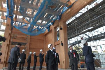 建設中の大手門内部を見学する参加者=水戸市三の丸