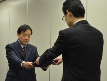 運転延長の認可書を受け取る日本原子力発電の和智信隆副社長=原子力規制委員会