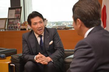 大井川和彦知事(右)を表敬訪問した別所哲也さん=県庁