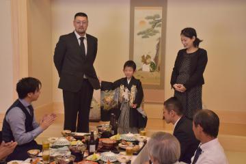 5歳の七五三で感謝のスピーチをする男児(中央)=神栖市大野原のアトンパレスホテル
