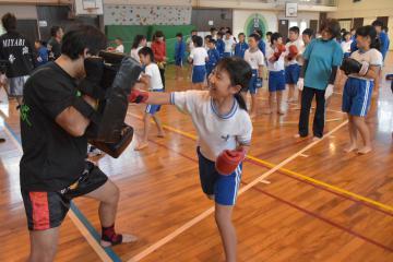 「夢先生出前授業」でキックボクシングを体験する児童たち=鉾田市鹿田の市立旭西小