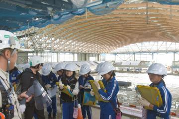 アリーナの工事現場を見学する児童たち=神栖市木崎
