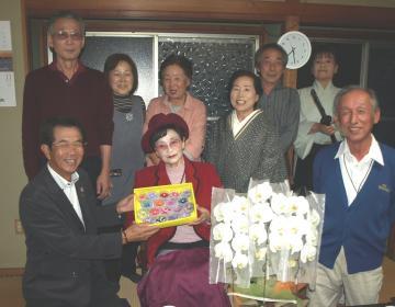 佐藤友子さん(前列中央)の誕生日を祝って集まった教え子ら=神栖市深芝南
