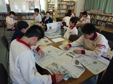 見出しの工夫について学ぶ生徒たち=龍ケ崎市立長山中