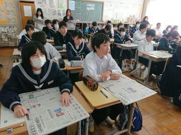 新聞の仕組みを学ぶ生徒たち=古河市立古河第三中