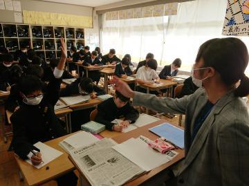 先生にインタビューする生徒たち=桜川市立岩瀬東中
