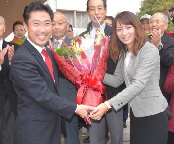 支援者から花束を受け取る大谷明市長(左)=ひたちなか市役所