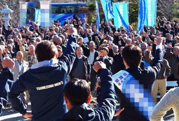 候補者とともにガンバロー三唱で気勢を上げる支持者ら=水戸市内、根本樹郎撮影