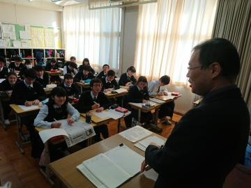 先生にインタビューする生徒たち=古河市の県立古河中等教育学校