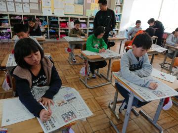 見出しの工夫を学ぶ5年生=常陸太田市立幸久小