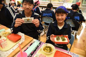 筑西市で開かれる茨城国体剣道競技をPRする給食の味のりを示す明野中の生徒=筑西市倉持