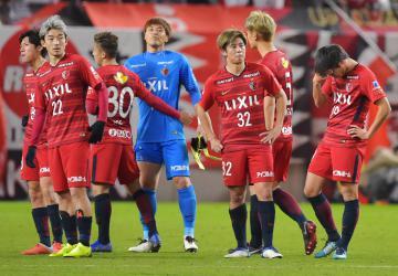 浦和に敗れて決勝進出を逃し、肩を落とす鹿島の選手たち=カシマスタジアム、高松美鈴撮影