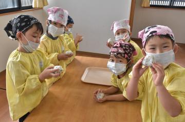 おにぎり作りに挑戦する園児たち=桜川市真壁町田