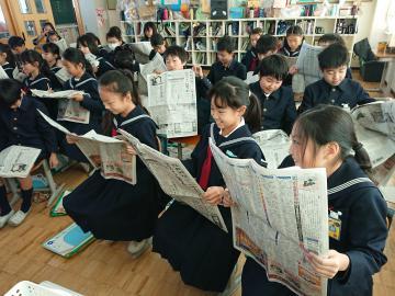 新聞の工夫を学ぶ児童たち=水戸市の茨城大付属小