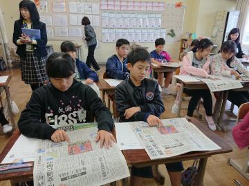新聞の仕組みについて学ぶ児童たち=潮来市立津知小