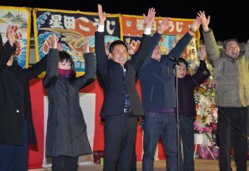 つくば市区でトップ当選を果たし万歳する星田弘司氏=9日午後10時15分ごろ、同市西大沼、高松美鈴撮影
