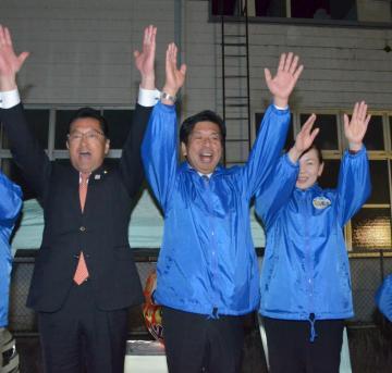 初当選し万歳する高梨哲彦氏(中央)=大子町池田