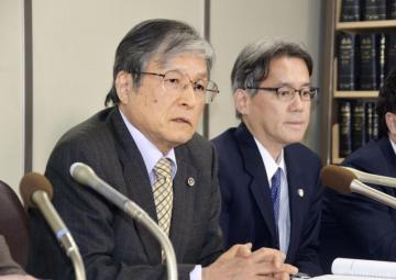 栃木小1女児殺害事件の上告趣意書を提出し、記者会見する一木明弁護士(左)=17日午後、東京・霞が関の司法記者クラブ