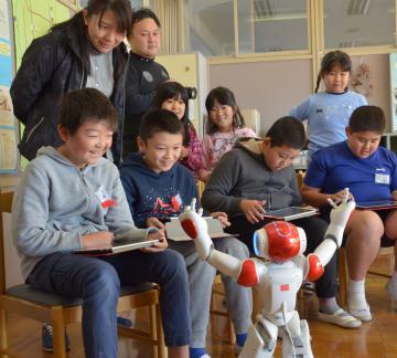 ロボットを操作する児童たち=常陸太田市内田町の市立西小沢小
