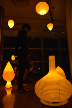 提灯の光が揺れる大洗マリンタワー展望台=大洗町港中央
