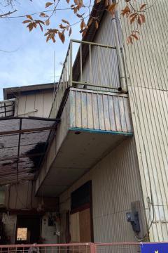 捜査本部は2階の腰高窓から犯人が逃走したとみている=25日、つくば市東平塚
