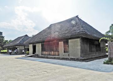 旧土肥家住宅の主屋(右)と隠居屋=ひたちなか市(県教委提供)