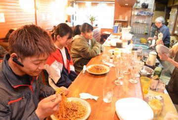 「喫茶もんく」でナポリミートを味わう常連客ら=28日午後、鉾田市鉾田