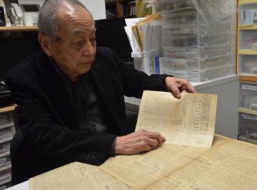 1945年8月15日付茨城新聞号外の内容を説明する羽島知之さん=都内