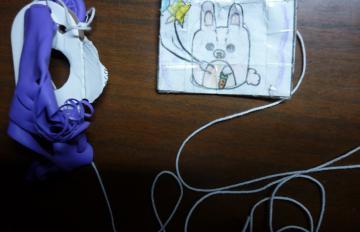 工場で見つかった風船と袋(坂元敏夫さん提供)
