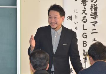 教育現場において、性的少数派への理解を訴え講演する河野陽介さん=阿見町青宿の霞ケ浦高校