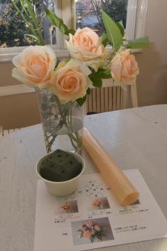 プログラムで使われる印付きのスポンジと花材セット=つくば市千現のプアラニ