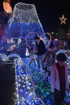 鉾田市商工会が制作したイルミネーションを楽しむ家族連れ=同市鉾田