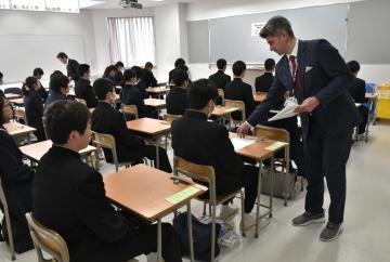常磐大高の推薦入試で問題用紙の配布を待つ受験生ら=水戸市新荘