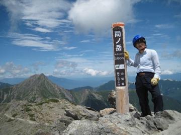 2018年7月、間ノ岳に登頂した真木さん(本人提供)