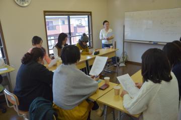 茨城インターナショナルカルチャースクールで始まった英会話入門の講座=那珂市竹ノ内