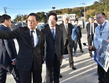 豊田稔北茨城市長(左)から復興状況の説明を聞く渡辺博道復興相=同市大津町